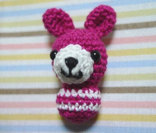 ショッキングピンクうさぎの編みぐるみ